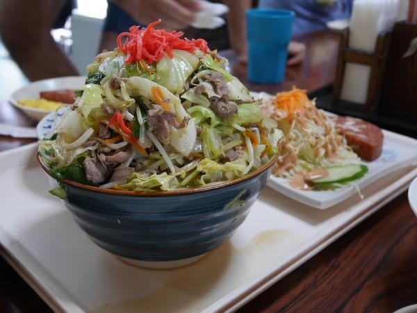 超デカ盛り!コスパ最強1000円以下で食べれる沖縄食堂